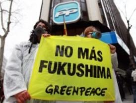 Activistas de Greenpeace 'trepan' a las sedes de PP y PSOE para pedir el fin de la energía nuclear