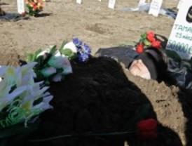 Cuatro cooperativistas se entierran en los terrenos en los que iban a construir sus casas