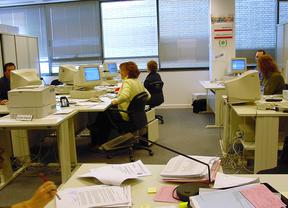 Funcionarios de la Comunidad de Madrid trabajando en la sede de Juzgados de Menores de Madrid