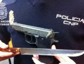 Dos detenidos por asaltar un locutorio en La Latina armados con un cuchillo y una pistola de fogueo