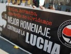 Varios antifascistas sellan la sede de Falange por el destrozo de la placa de Palomino