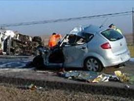 Dos hombres mueren al chocar contra un camión en Batres