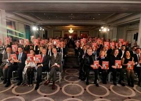 Los asistentes muestran la portada del libro 'Madrid, motor de turismo' que se presentó durante la gala