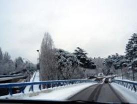 Barajas vuelve a estar operativo después de cinco horas cerrado por la nieve