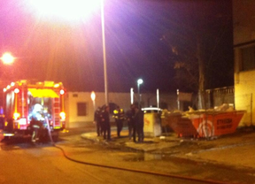 Tres coches calcinados en un incendio en un taller en Torrejón de Ardoz