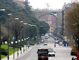 Dos policías salvan 'in extremis' a un hombre que se arrojó del Puente de Segovia