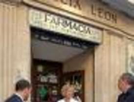 La farmacia Colomer-León y la taberna Casa Alberto reciben las placas de comercios centenarios
