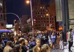 Cientos de personas hacen cola el primer día de la Fiesta del Cine