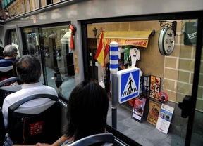 Un bus turístico pasa por la calle Mayor.