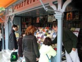 Libros solidarios por un euro en Claudio Moyano