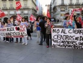 Decenas de trabajadores se concentran en contra del cierre de centros de día