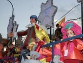 Miles de personas acuden a la cabalgata de los Reyes de la Castellana