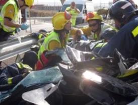Rescatan a un conductor que quedó atrapado en su coche tras salirse de la carretera en Barajas
