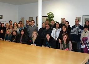 Foto de grupo con los nuevos trabajadores tras la firma de sus contratos