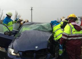 Rescatados dos conductores de sus coches tras sendos accidentes