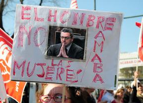 Una manifestante, con una pancarta contra el ministro de Justicia por la reforma del aborto