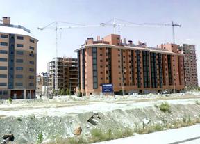 Zona sin urbanizar junto a viviendas en el ensanche de Vallecas