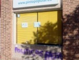 Pintadas contra el PP en su sede de Pinto