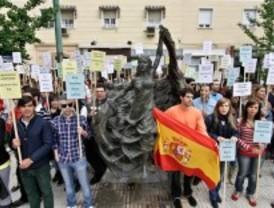 Los jóvenes del PP protestan contra la pancarta de apoyo a Troitiño colgada en la Complutense
