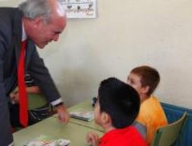 Ciudad Lineal da la bienvenida a los escolares repartiendo más de 4.200 agendas