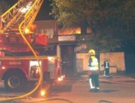 Un incendio devora un taller mecánico de Torrejón