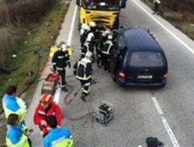 Fallece al colisionar su coche con un camión