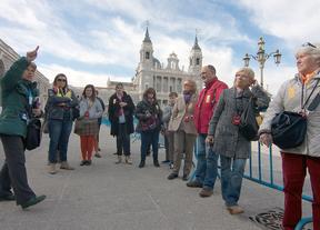 Turistas en plaza de la Almudena