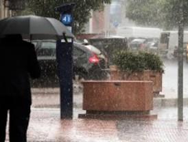 Una tormenta anega varias vías de la capital