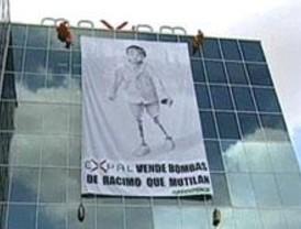 Greenpeace protesta contra las bombas de racimo en una empresa de explosivos