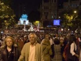 Miles de madrileños se echan a la calle en la Noche en Blanco
