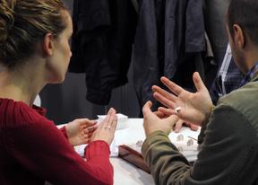 Una pareja se prueba anillos en el salón Las 1001 Bodas de Ifema