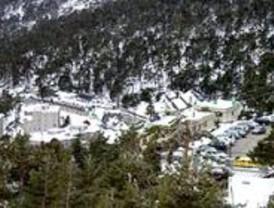 Mucho coche y poca nieve en las estaciones de esquí madrileñas
