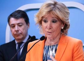 Esperanza Aguirre. Detras, Ignacio González.