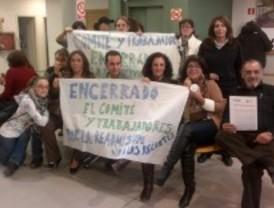 Decenas de trabajadores de Parla se encierran en la Casa de la Cultura en protesta por los despidos