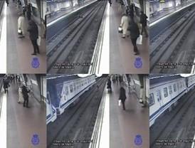Salvado por un policía de ser arrollado en el metro