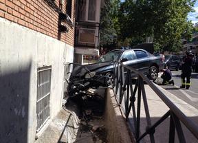 Empotra su coche contra un edificio de viviendas en Vicálvaro y se va