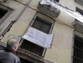 Varios colectivos 'okupan' dos edificios de Malasaña para que el Ayuntamiento no los venda