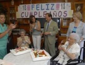 El alcalde de Pozuelo visita a tres centenarios en el Día de los Abuelos