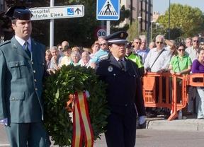 Una bandera de España homenajea a los guardias civiles caídos, en Valdemoro