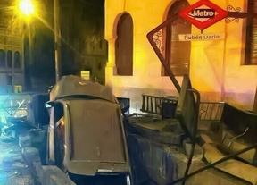 Un coche choca contra la estación de Rubén Darío