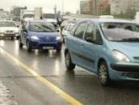 El vuelco de un coche atasca la carretera de La Coruña