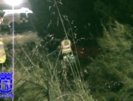 Dos heridos al caer con su coche por un terraplén de diez metros de altura en un acceso a la M-40