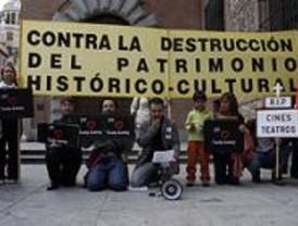 Vecinos de Madrid se manifiestan contra el cierre de cines en la capital