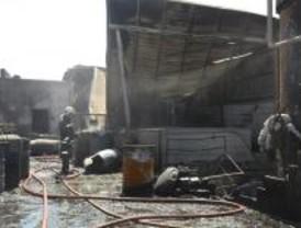 Un incendio calcina una fábrica de pintura en Arganda, aunque no causa heridos