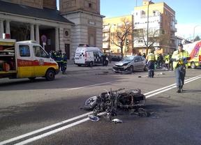 Una moto y un coche colisionan en la avenida Ramón y Cajal