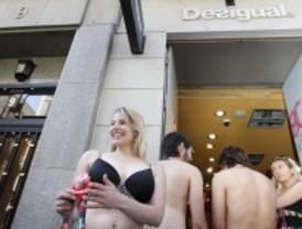350 personas hacen cola en ropa interior para vestirse gratis en una tienda en Fuencarral