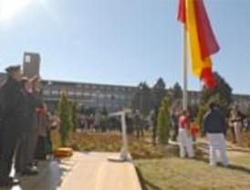 Casi 500 personas asisten al izado de la bandera nacional en Pozuelo de Alarcón