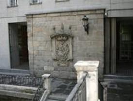 Taladran el escudo más antiguo de Madrid para colocar una farola