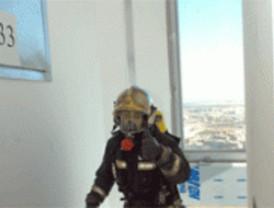 Un bombero del parque de Parla gana la carrera vertical Torre Espacio