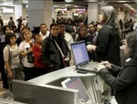 Media docena de pasajeros de Air Comet se declaran en huelga de hambre